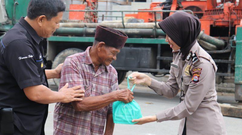 Berbagi Kasih, Bidhumas Polda Banten Jalani Program Jumat Barokah