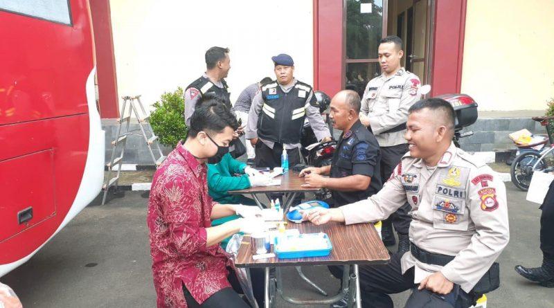 Stock Darah PMI Habis, Personil Brimob Polda Banten Donorkan Darah