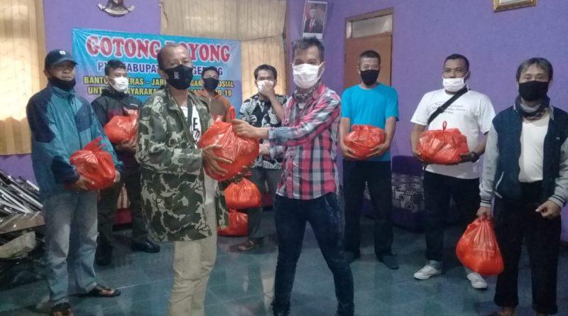 Salurkan Sembako, PWI Kabupaten Tangerang Sisir Loper Koran