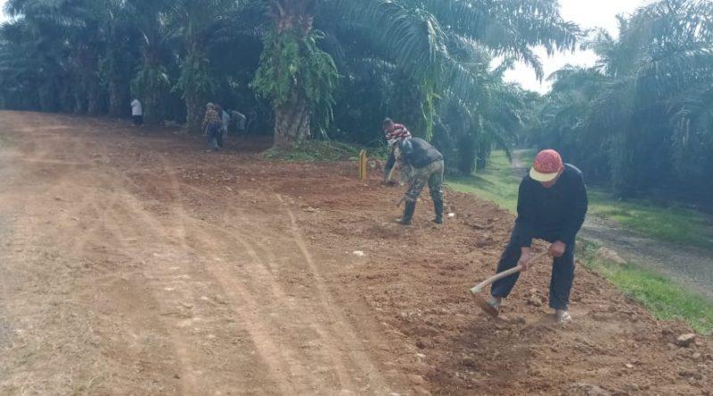 Satgas TMMD Gotong-Royong Bersama Warga Bersihkan Bahu Jalan