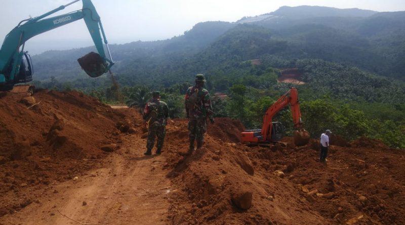 Buka Jalan Lintas Provinsi Satgas TMMD Ke-108 Kodim 0605/SUBANG Gunakan Alat Berat