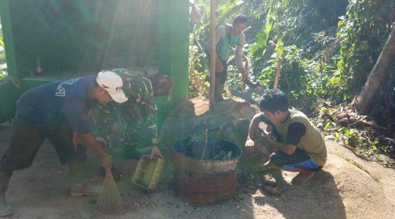 Personel Satgas TMMD 108 Kodim Subang Bersama warga Rawat Pos Kamling