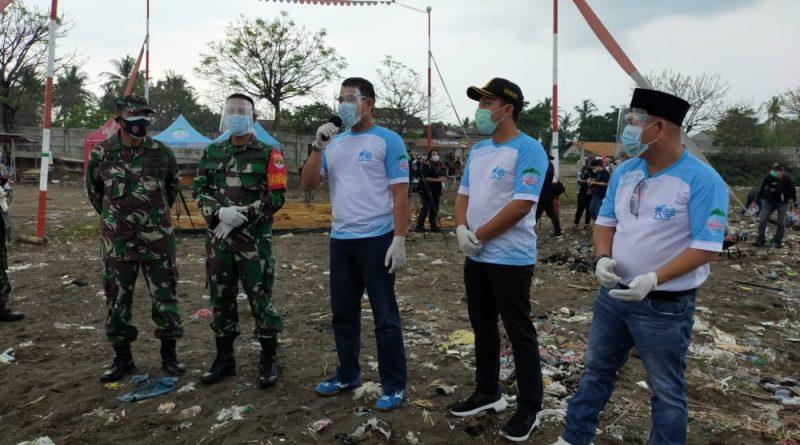 Camat Mauk, SATRADAR 211 AU dan Warga Aksi Bersih Pantai Tanjung Kait
