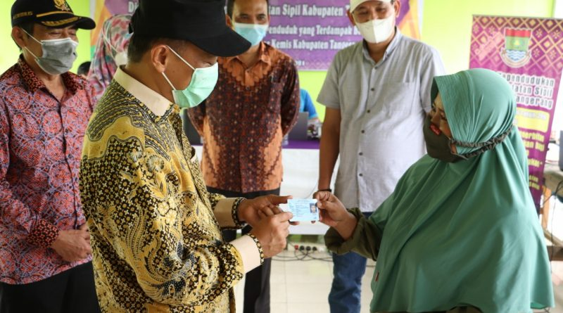 Peduli Banjir, Disdukcapil Kabupaten Tangerang Layanani Pencetakan Adminduk di Gelam Jaya