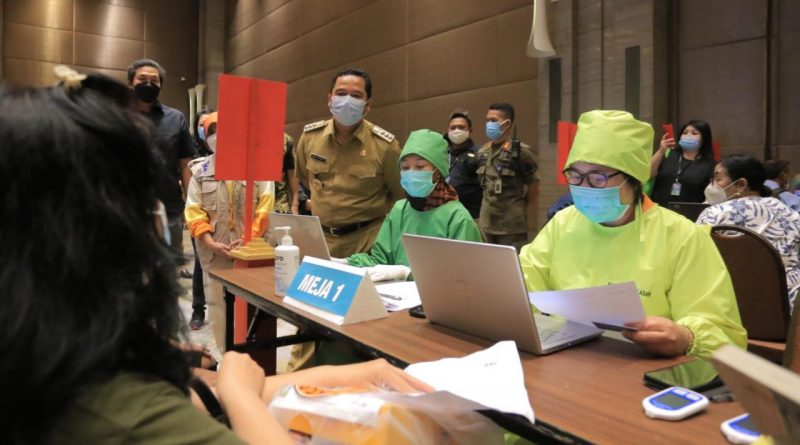 Vaksinasi Hari Ke Empat Dengan Sasaran Para Pedagang Pasar dan Pegawai Pertokoan